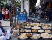 اٹک: دکاندار نے گاہکوں کو متوجہ کرنے لیے خشک میوہ جات سجا رکھے ہیں۔