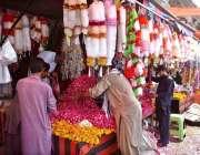راولپنڈی: عیدالفطر کی آمد کے موقع پر دکاندار نے پھول اور پتیاں وغیرہ ..