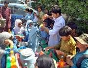 ملتان: سکول سے چھٹی کے بعد بچے ریڑھی بان سے برف کے گولے خرید رہے ہیں۔