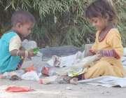 لاہور: خانہ بدوش بچیاں کھیل کود میں مصروف ہیں۔
