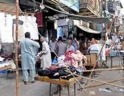راولپنڈی: راجہ بازار میں سڑک پر قائم تجاوزات جن کے باعث اکٹر اوقات ٹریفک ..