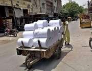 فیصل آباد: مزدور ہتھ ریڑھی پر کپڑا لوڈ کیے مارکیٹ سپلائی کے لیے لیجا ..