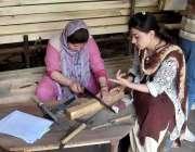 ہنزہ: خواتین کارپینٹر فرنیچر تیار کرنے میں مصروف ہیں۔