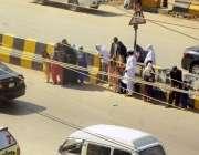 اسلام آباد: بھارہ کہو مین روڈ پر شہری خطرناک انداز سے روڈ کراس کر رہے ..
