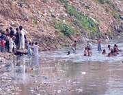 راولپنڈی: بچے گرمی کی شدت کم کرنے کے لیے نالہ لئی میں نہا رہے ہیں۔