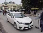 لاہور: پنجاب اسمبلی اجلاس کے موقع پر داخلی راستے پر گاڑی کی چیکنگ کی ..