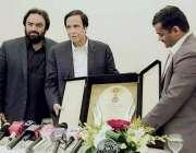 لاہور: سپیکر پنجاب اسمبلی چوہدری پرویز الٰہی کو سابق رکن قومی اسمبلی ..