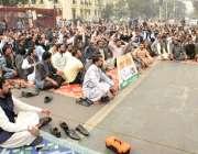 لاہور : پنجاب لینڈ ریکارڈ اتھارٹی کے ملازمین اپنے مطالبات کے ان میں ..