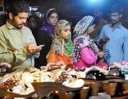 حیدر آباد: عید کی تیاریوں میں مصروف خواتین جوتے پسند کر رہی ہیں۔