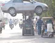 لاہور: ٹریفک وارڈن قانون کی خلاف ورزی کرنے پر گاڑی لفٹر کے ذریعے اٹھا ..