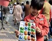 لاہور: ایک نو عمر بچہ مال روڈ پر کھلونے فرو خت کررہا ہے۔