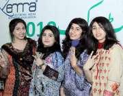 لاہور: ایمرا کرکٹ میچ دیکھنے کے لیے آئی لڑکیاں و کٹری کا نشان بنائے ..