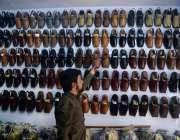حیدر آباد: دکاندار گاہکوں کو متوجہ کرنے کے لیے جوتے سجا رہا ہے۔
