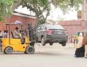 لاہور: ریلوے اسٹیشن کے باہر نو پارکنگ میں کھڑی گاڑی کو لفٹر کے ذریعے ..