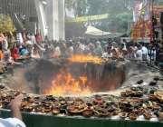 لاہور: حضرت مادھو لعل حسین(رح) کے سالانہ عرس کے موقع پر زائرین چراغ جلا ..