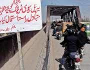 راولپنڈی: ڈھوک رتہ کے قریب قدیمی پل پر ریلوے کی جانب سے کسی حادثے سے ..