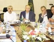 لاہور: وزیر اعظم کے مشیر تجارت عبدالرزاق داؤد ایک اجلاس کی صدارت کر ..