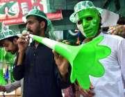 پشاور: جشن یوم آزادی کی آمد کے موقع پر نوجوان نے قومی پرچم والا ماسک ..