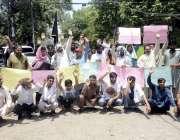 لاہور: ڈی ایچ اے فیز سیون کے رہائشی اپنے مطالبات کے حق میں پریس کلب کے ..