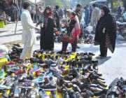 اسلام آباد: وفاقی دارالحکومت میں سڑک  کنارے دکاندار سے خواتین  جوتیاں ..