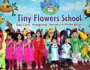 پشاور: ٹنی فلاور سکول میں منعقدہ تقریب کے موقع پر بچے ٹیبلو پیش کر رہے ..