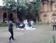 لاہور: نیشنل کالج آف آٹس کے احاطے میں لڑکے بیڈ منٹن کھیل رہے ہیں۔