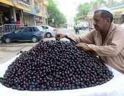 حیدر آباد: ریڑھی بان گاہکوں کو متوجہ کرنے کے لیے جامن سجا رہاہے۔