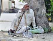 اسلام آباد: مزدوروں کے عالمی دن سے بے خبر ایک معمر مزدور دیہاڑی کے انتظار ..
