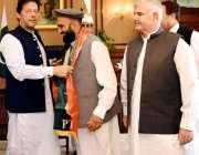 اسلام آباد: وزیر اعظم عمران خان، ایم پی اے غزن خان کو پاکستان تحریک ..
