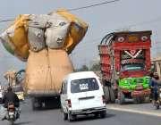 حیدر آباد: ٹریفک پولیس کی نا اہلی گاڑی پر اوولوڈنگ کی گئی ہے جس کے باعث ..