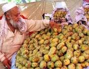 اسلام آباد: رمضان سستا بازار میں دکاندار گاہکوں کو متوجہ کرنے کے لیے ..