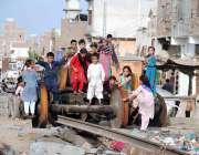 حیدرآباد: ریلوے اسٹیشن کے قریب بچوں کی ایک بڑی تعداد ریلوے سکریپ پر ..