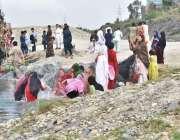 نوشہرہ: سیر و تفریح کے لیے آئی خواتین گرمی کی شدت کم کرنے کے لیے جھیل ..