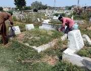 راولپنڈی: عید الفطر کی آمد کے موقع پر شہری اپنے پیاروں کی قبروں کی صفائی ..