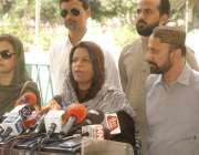 کراچی: سندھ اسمبلی کے باہر پاکستان پیپلز پارٹی کی رہنما نفیسہ شاہ صحافیوں ..