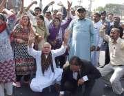 لاہور: پیپلز پارٹی کے کارکن سابق صدر آصف علی زرداری کی نیب کے ہاتھوں ..