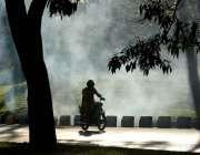 اسلام آباد: کچرے کے ڈھیر سے اٹھنے والا دھواں فضائی آلودگی کا باعث بن ..
