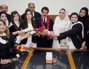 لاہور: لاہور ہائیکورٹ بار کے نو منتخب صدر حفیظ الرحمن چوہدری کو خواتین ..