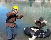 گلگت: ماہی گیر مچھلیاں پکڑنے کی کوشش کر رہے ہیں۔