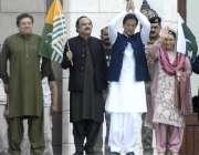 اسلام آباد: وزیر اعظم عمران خان وزیر اعظم ہاؤس میں اجتماع سے ہاتھ لہرا ..