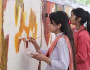 لاہور: جیلانی پارک میں ہونیوالے آرٹ مقابلے میں شریک طالبات پینٹنگ تیار ..
