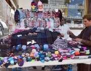 کوئٹہ: صوبائی دارالحکومت کے لیاقت بازار میں ایک فروخت کنندہ نے  گرم ..