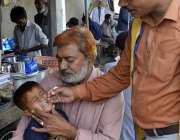 ملتان: انسداد پولیو مہم کے دوران ایک بچے کو قطرے پلائے جا رہے ہیں۔
