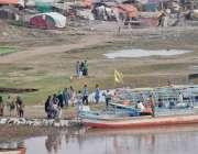 لاہور: دریائے راوی کی سیر کے لیے آئے شہری کشتی مایں سوار ہو رہے ہیں۔