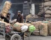 راولپنڈی: مزدور گدھا ریڑھی ہر کوئلہ لوڈ کر رہے ہیں۔