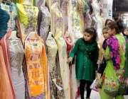 حیدر آباد: عید کی تیاریوں میں مصروف خواتین ایک دکان سے کپڑے پسند کر ..