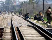 راولپنڈی: مڑیڑ ریلوے ٹریک پر شہری خطرناک انداز میں بیٹھے دھوپ تاپ رہے ..