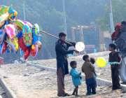 حیدر آباد: خانہ بدوش بچے بیلون خرید رہے ہیں۔