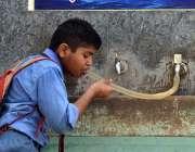 لاڑکانہ: سکول سے چھوٹی کے بعد ایک طالعلم پیاس کی شدت کم کرنے کے لیے پانی ..