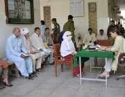 اوکاڑہ: ڈپٹی کمشنر مریم خان کھلی کچہری کے دوران شہریوں کے مسائل سن رہی ..